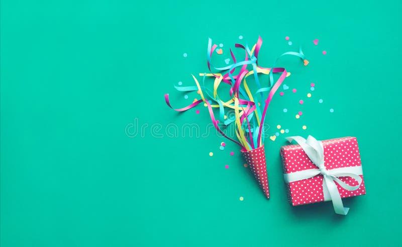 Beröm, idéer för partibakgrundsbegrepp med färgrika konfettier, banderoller och gåvaask arkivbilder