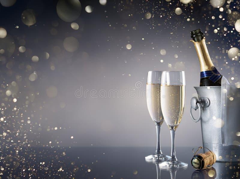 Beröm med Champagne - par av flöjter royaltyfria foton