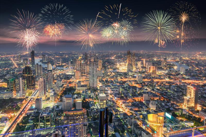 Beröm med fyrverkerier på den Bangkok staden royaltyfria bilder