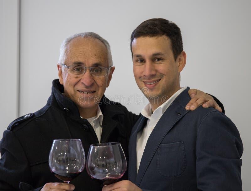 Beröm mellan fadern och sonen royaltyfri fotografi