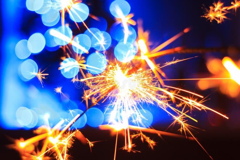 Beröm och tändning av brand och fyrverkerier fotografering för bildbyråer