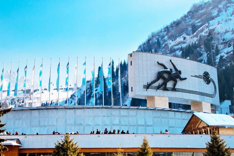 Berömd åka skridskor isbana Medeo i Almaty, Kasakhstan royaltyfria bilder