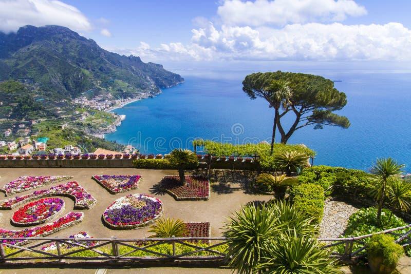 Berömd Amalfi kust royaltyfria foton
