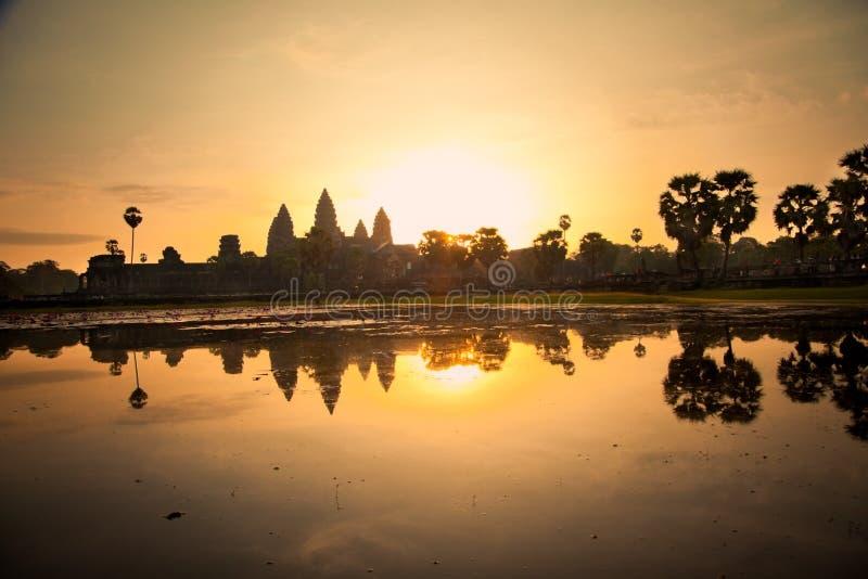 Berömd Angkor Wat tempel i sunricen, Cambodja arkivfoto