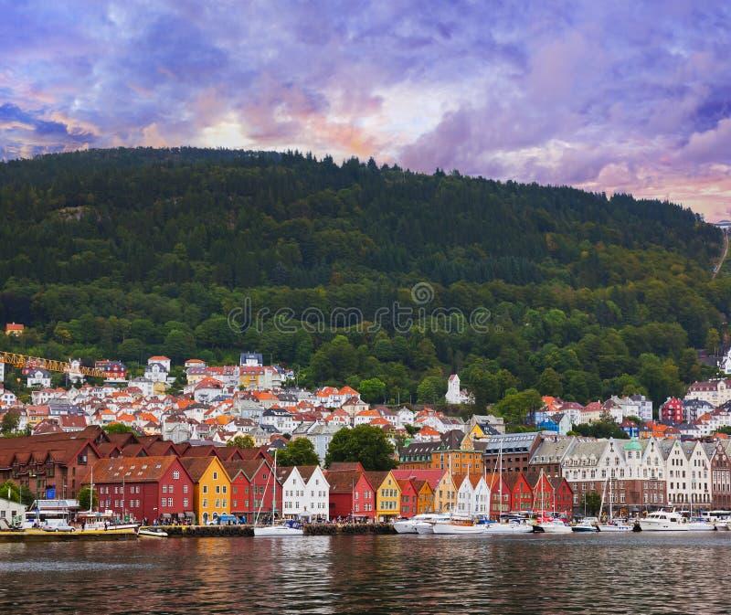 Berömd Bryggen gata i Bergen - Norge royaltyfri bild