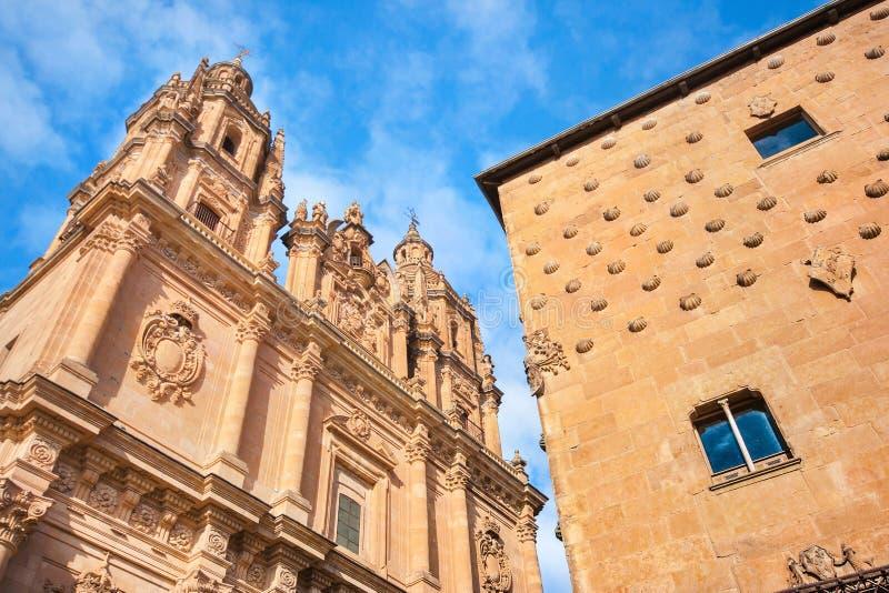 Berömd Casa de las Conchas med den LaClerecia kyrkan i Salamanca, Castilla y Leon, Spanien royaltyfria foton