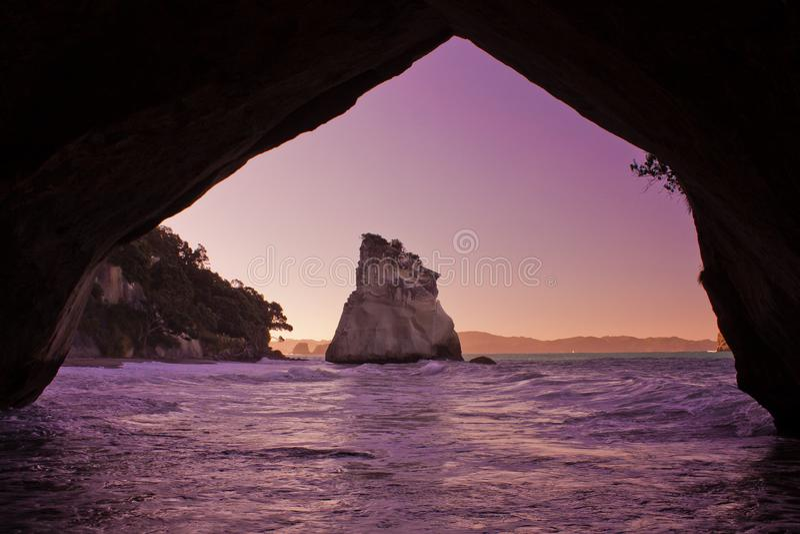Berömd domkyrkaliten vik på den Coromandel halvön i Nya Zeeland arkivfoton