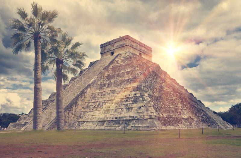 Berömd El Castillo pyramid den Kukulkan templet, befjädrad ormpyramid på den arkeologiska platsen för Maya av Chichen Itza i Yuca arkivfoton