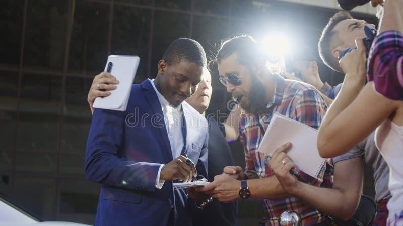 Berömd etnisk skådespelare som ger autografer arkivfoton