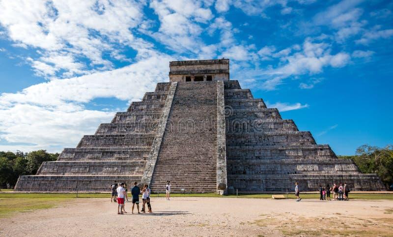 Berömd forntida Mayan pyramid på Chichen Itza mot dramatisk morgonhimmel royaltyfria bilder