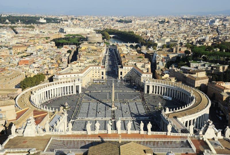 Berömd fyrkant för St Peter ` s i Vaticanen och den flyg- sikten av staden peter rome s för springbrunn för stad för bakgrundsbas arkivbilder