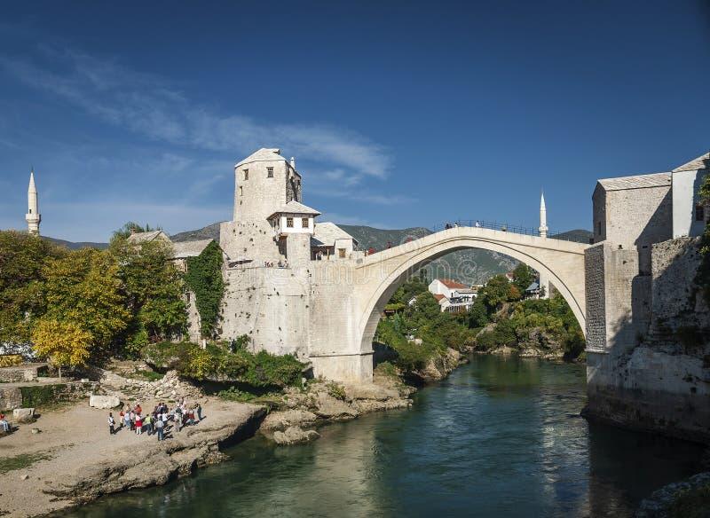 Berömd gränsmärke för gammal bro i den mostar staden Bosnien och Hercegovina fotografering för bildbyråer