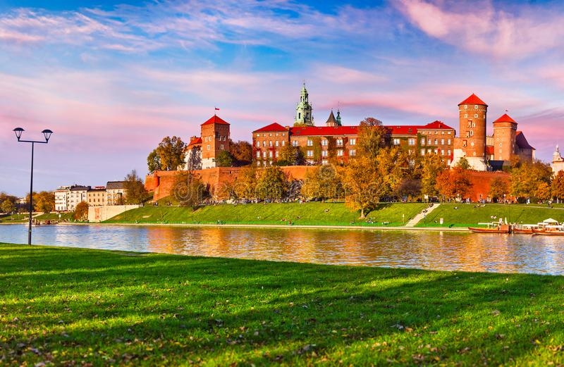 Berömd gränsmärke för Wawel slott i Krakow Polen royaltyfri foto