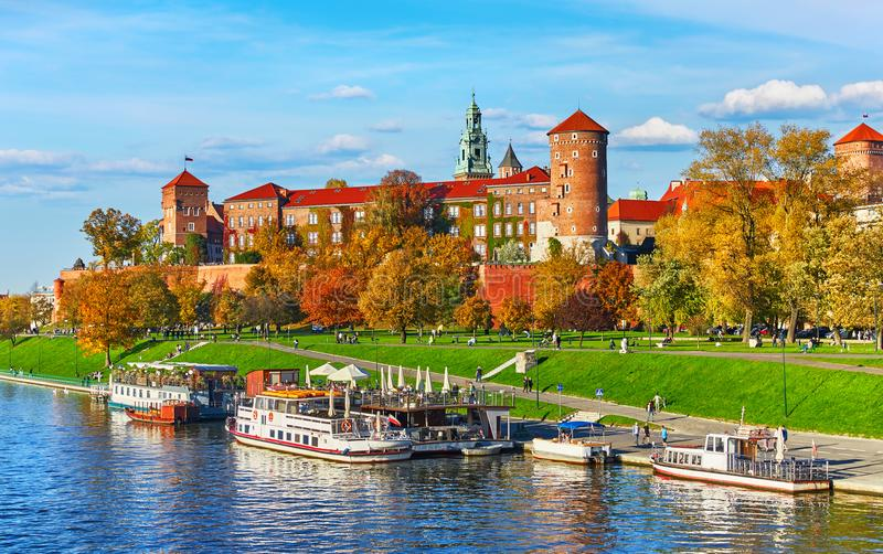Berömd gränsmärke för Wawel slott i Krakow Polen royaltyfria foton