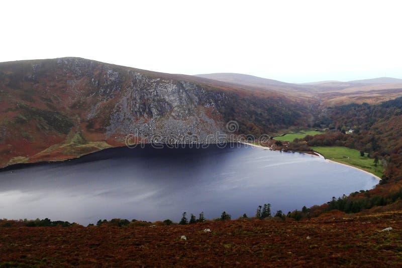 Berömd Guinness sjöLough Tay i de Wicklow bergen i Irland royaltyfri foto