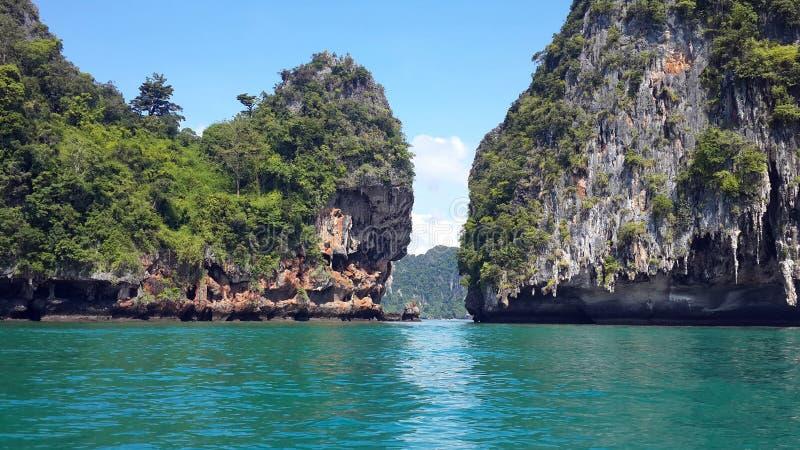 Berömd härlig seascape med kristallklart grönt turkosvatten och tropiska öar på Krabi, Andaman hav, Thailand fotografering för bildbyråer