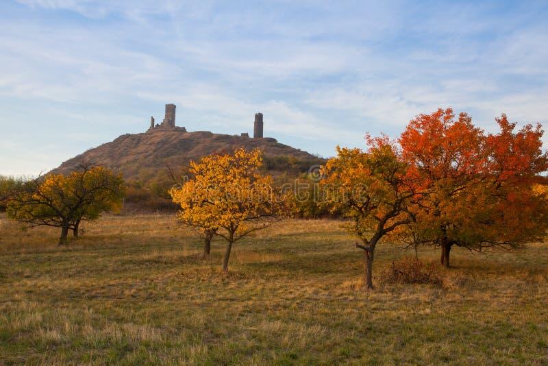 Berömd Hazmburk slott på solnedgången Centrala bohemiska högländer, tjeck arkivfoton