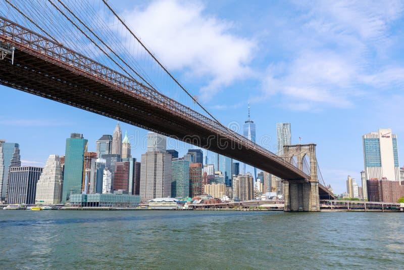 Berömd horisont av i stadens centrum New York, Brooklin Bridge och Manhattan, New York City royaltyfria foton