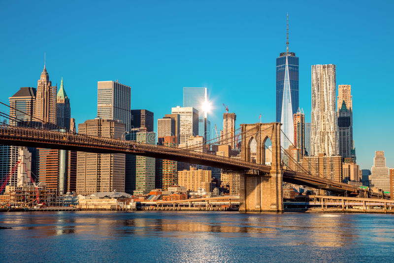 Berömd horisont av i stadens centrum New York City på ottaljus arkivbild