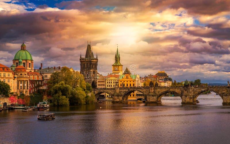 Berömd iconic bild av den Charles bron på solnedgången i våren, Pragu arkivbild