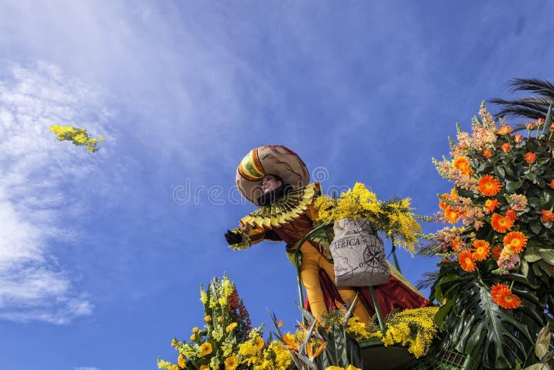 Berömd karneval av Nice, blomma`-strid En kvinnaunderhållare lanserar mimosor arkivbild
