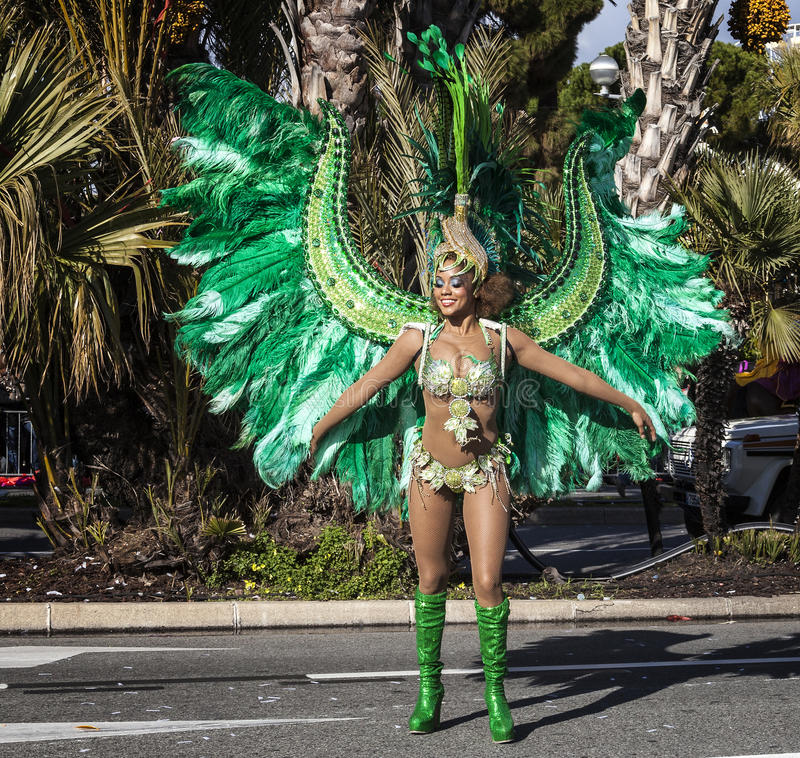 Berömd karneval av Nice, blomma`-strid Sambadansare arkivbild