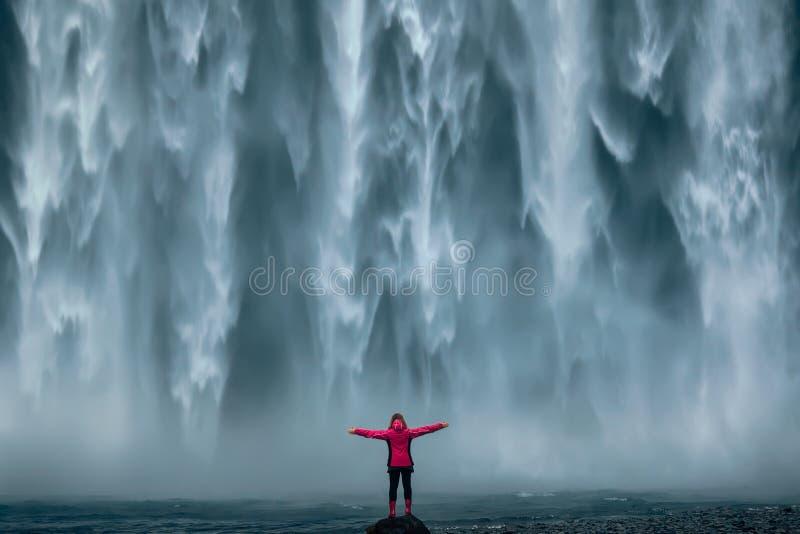 Berömd kraftig Skogafoss vattenfall på södra Island arkivfoton
