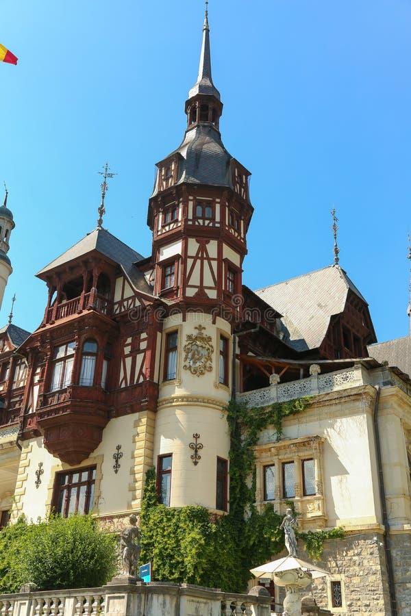 Berömd kunglig Peles slott, Sinaia, Rumänien royaltyfria bilder