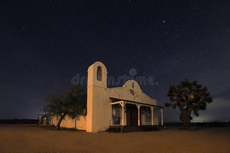 Berömd kyrka för nattetid från bytet Bill Under Time Lapsed Stars royaltyfri bild