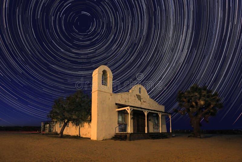 Berömd kyrka för nattetid från bytet Bill Under Time Lapsed Stars royaltyfria foton