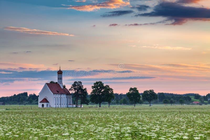 Berömd kyrka för St Coloman i härlig morgon med blommafältet i sommar royaltyfri foto