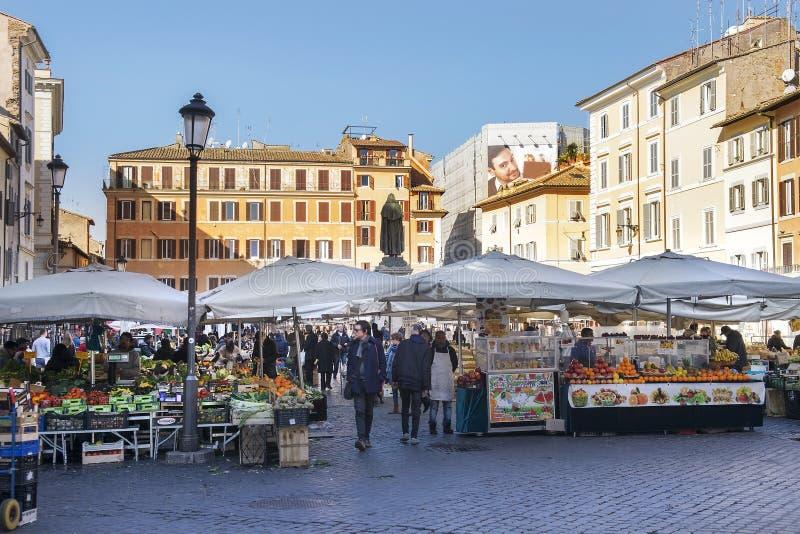 Berömd matmarknad på den fyrkantiga Campo deien Fiori, Rome, Italien royaltyfria foton
