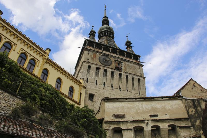 Berömd medeltida stärkt stad och klockatornet Sighisoara, Transylvania, Rumänien royaltyfri bild