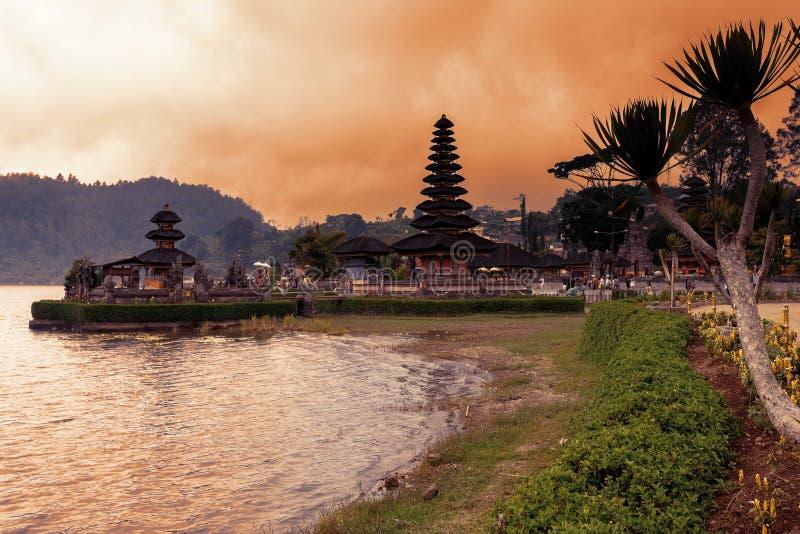 Berömd mystisk Pura Ulun Danu vattentempel, bali royaltyfri fotografi