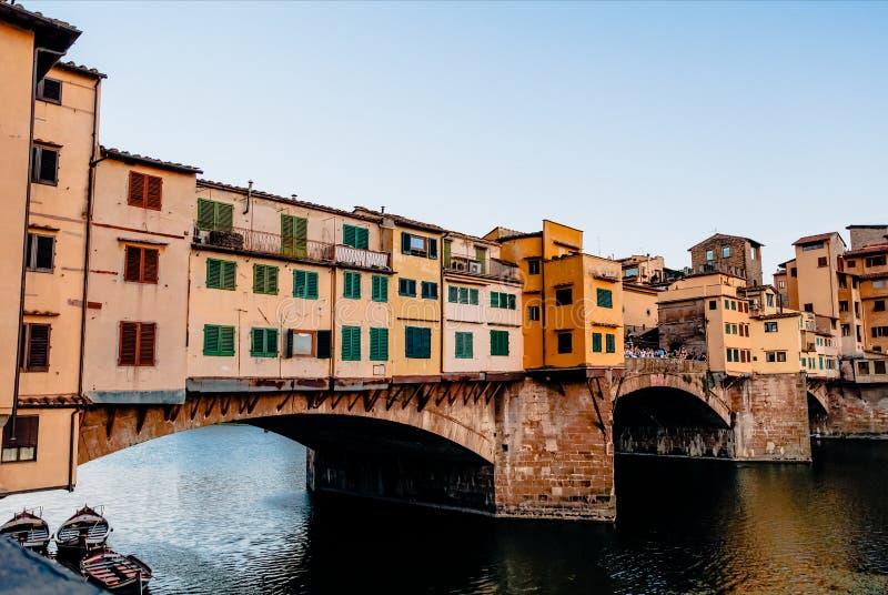Berömd Ponte Vecchio bro med River Arno på solnedgången i Florence, Italien arkivfoton