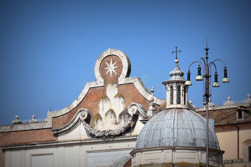 Berömd Porta del Popolo stadsport i Rome arkivfoton