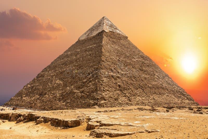 Berömd pyramid av Chephren och solnedgången i Giza fotografering för bildbyråer