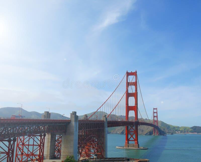Berömd röd upphängning Golden gate bridge i San Francisco, USA, på solig dag fotografering för bildbyråer