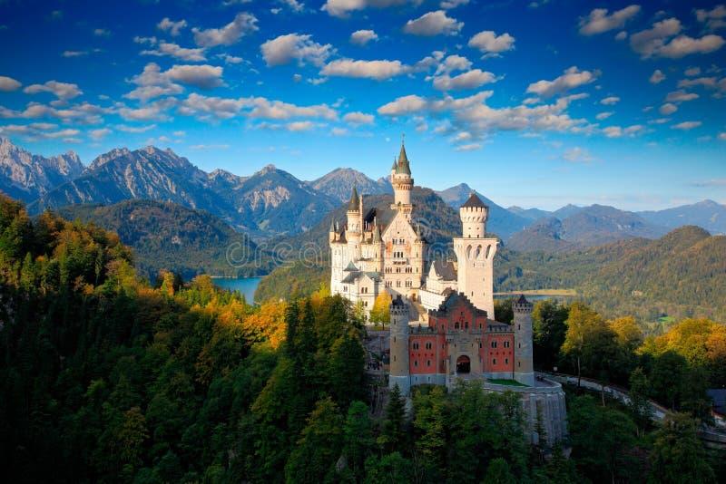 Berömd sagaslott i Bayern, Neuschwanstein, Tyskland, morgon med blå himmel med vita moln arkivbilder