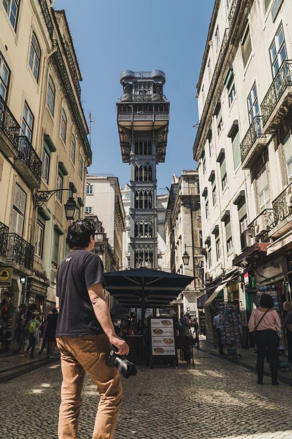 Berömd Santa Justa elevator i det historiska centret av Lissabon, Portugal Tjänar som för närvarande som en utkik för turister Hi royaltyfria bilder