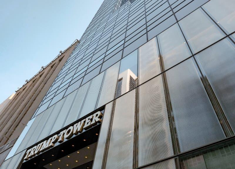 Berömd sikt av trumftornet och klockan som ses i Manhattan, New York City arkivbild