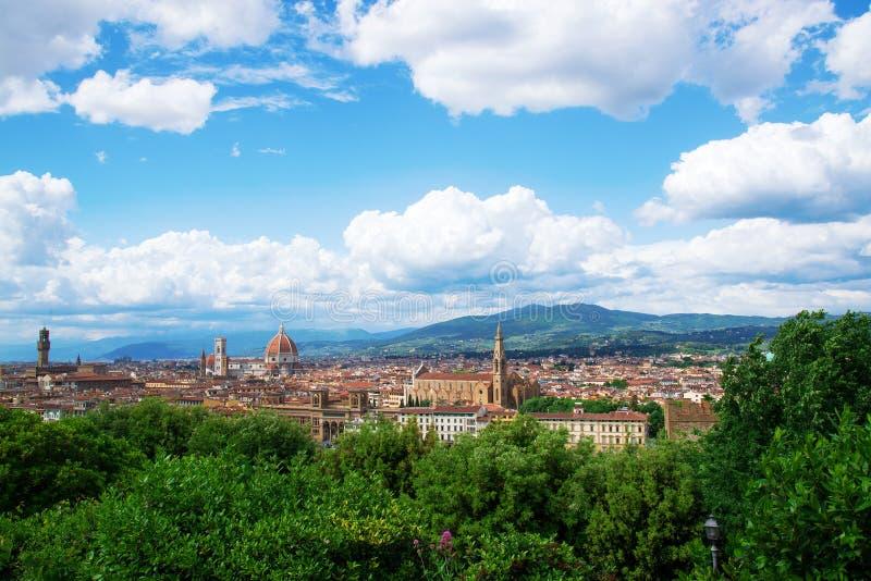 Berömd sikt på den Florence och Santa Maria del Fiore Duomo domkyrkan från Michelangelo Square Piazzale Michelangelo i Floren arkivbilder