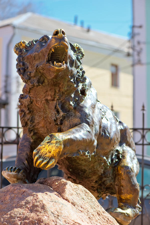 Berömd skulpturbjörn i Yaroslavl royaltyfri fotografi