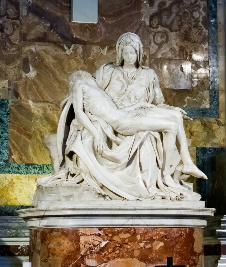 Berömd skulpturPieta av Michelangelo inom st Peter Church I arkivfoton