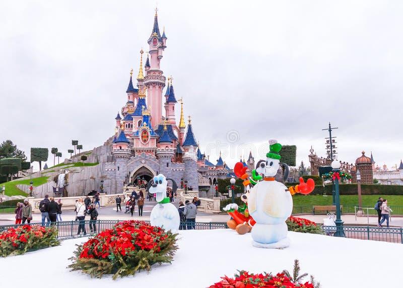 Berömd slott i Disneylanden Paris i vinterdagen france arkivbilder