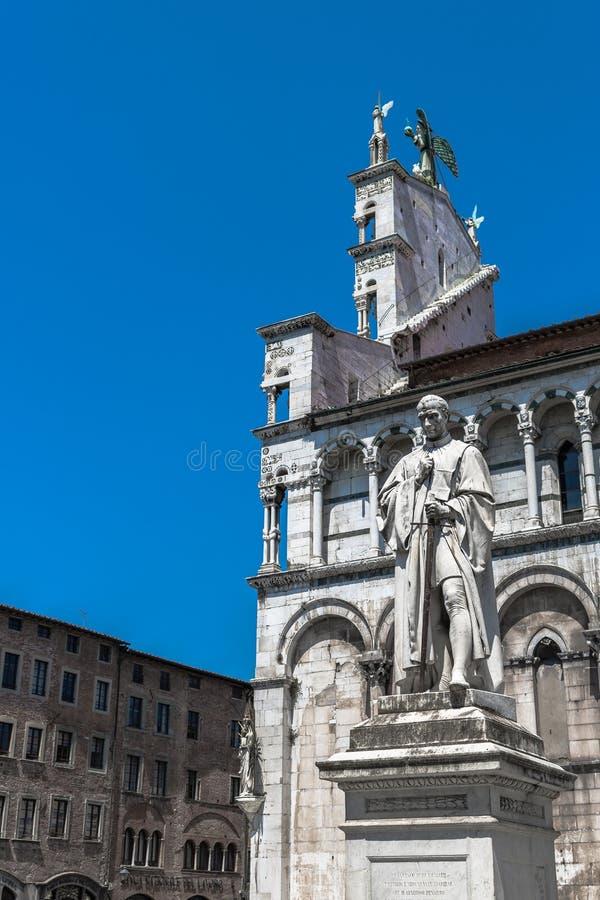 Berömd staty av Francesco Burlamacchi och kyrkan av San Michele royaltyfria bilder