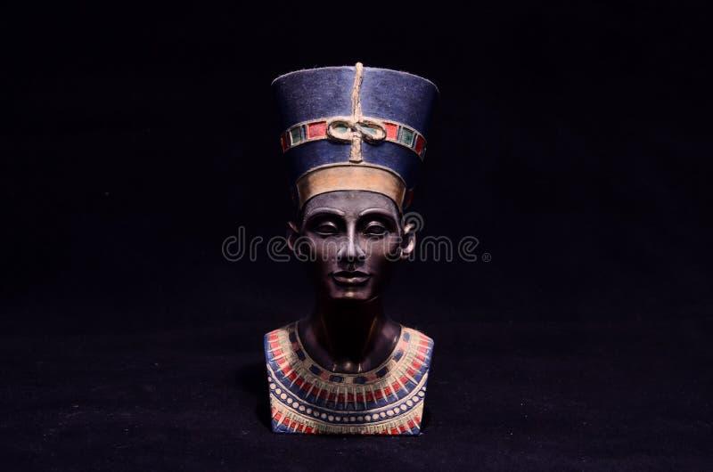 Berömd statyettbyst av drottningen Nefertiti royaltyfria foton