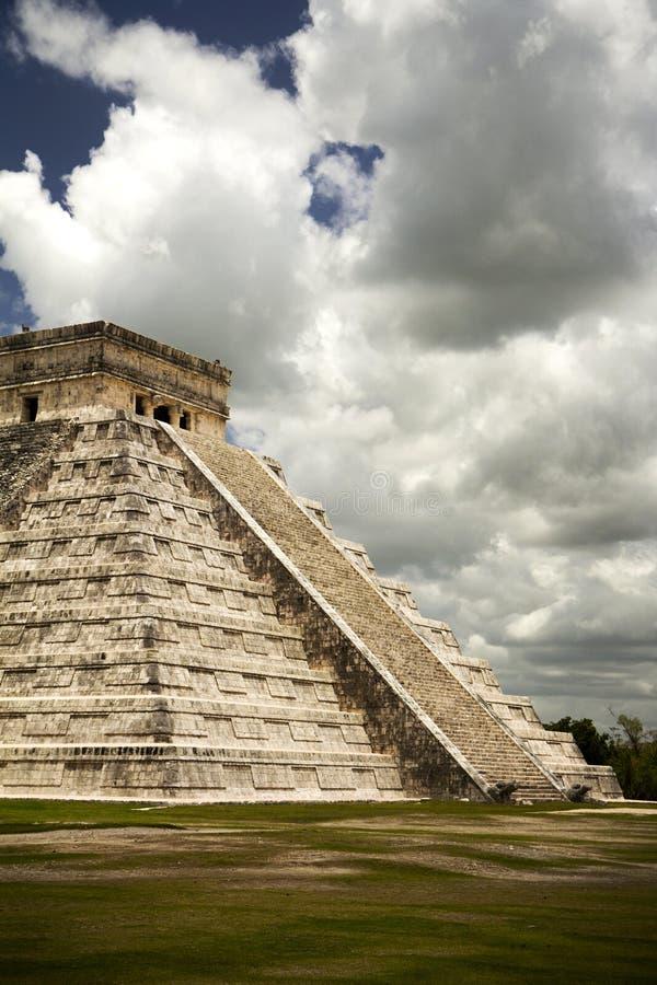 Berömd stor pyramid av den Mayan staden Chichen Itza arkivbilder