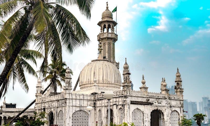 Berömd Sufi relikskrin av Pir Haji Ali Shah Bukhari som är bekant som Haji Ali Dargah Utgjort av marmor i typisk Indo-islamisk ar arkivfoton