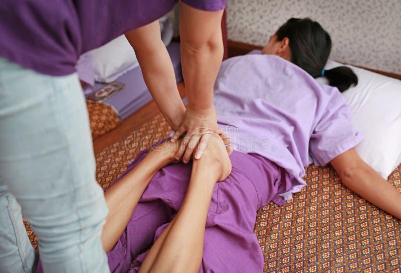 Berömd thailändsk massage, terapeuthandling för kund arkivbilder